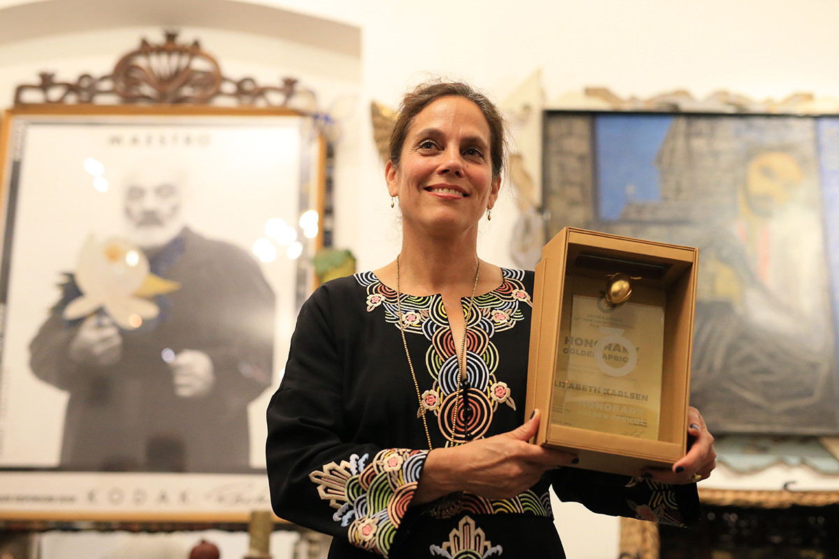 Elizabeth Karlsen with HONORARY GOLDEN APRICOT